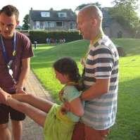 Karel en Charles helpen Lara aan een nat pak