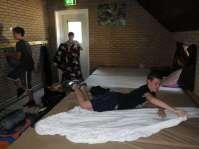 De bedden worden opgemaakt