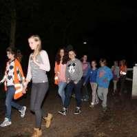De oudere kinderen op weg naar het bos voor het vermissingsspel