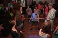 Limbodansen tijdens de disco