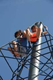 Jeroen en Kees bovenin het klimrek