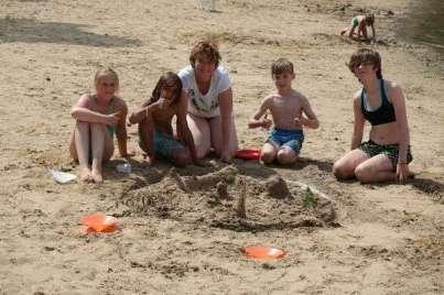 De bouwploeg van het zandkasteel