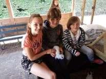 Knuffelen met konijntjes is leuk!