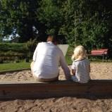 En bild från din semester/ditt sommarlov - Daniel och Ella gräver.
