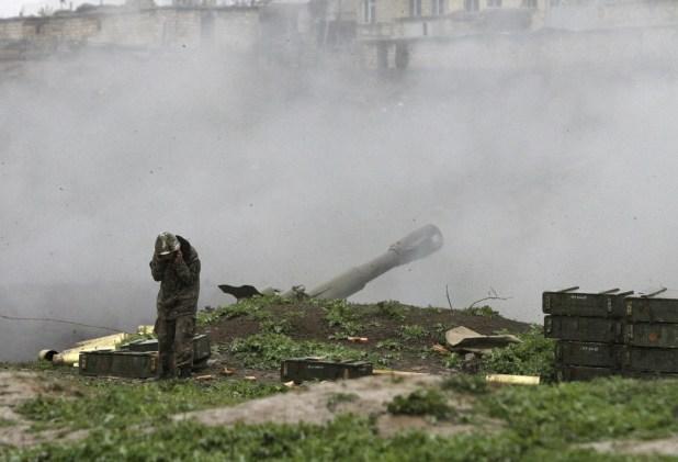 مقاتل أرمني يطلق صاروخا باتجاه اذربيجان في ناغورني قره باغ