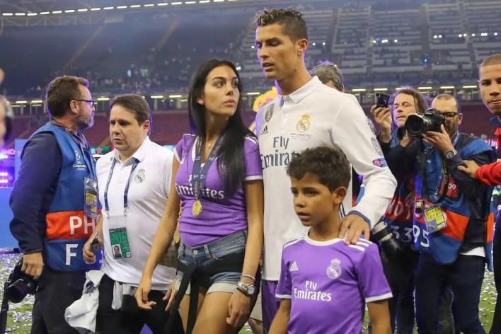 كريستيانو رونالدو مع خطيبته وابنه