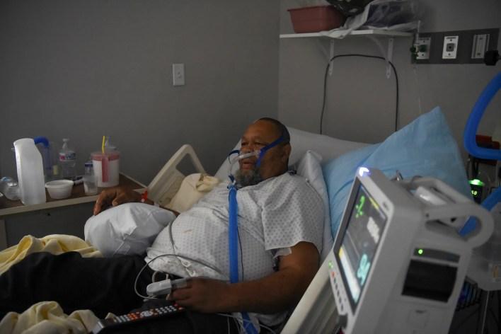 مصاب بكورونا يتعالج في مستشفى في تكساس