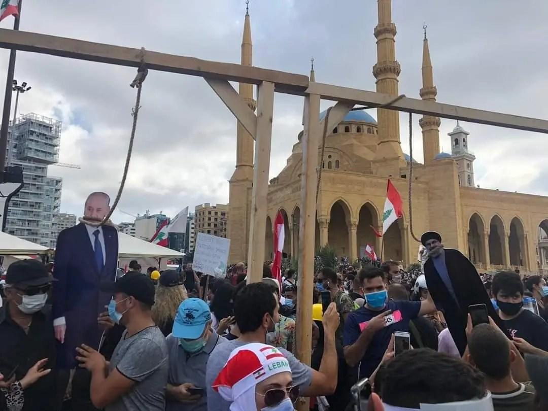 تعليق مشانق رمزي لأمين حزب الله ورئيس البرلمان وسط بيروت