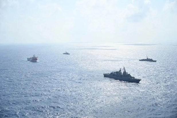 سفينة عروج ريس ترافقها سفن تابعة للبحرية التركية أثناء إبحارها في البحر الأبيض المتوسط يوم 10 أغسطس