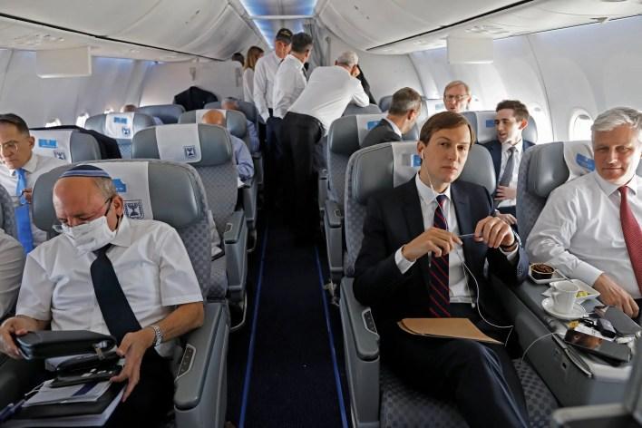 كوشنير على متن أول طائرة إسرائيلية إلى أبوظبي (فرانس برس)