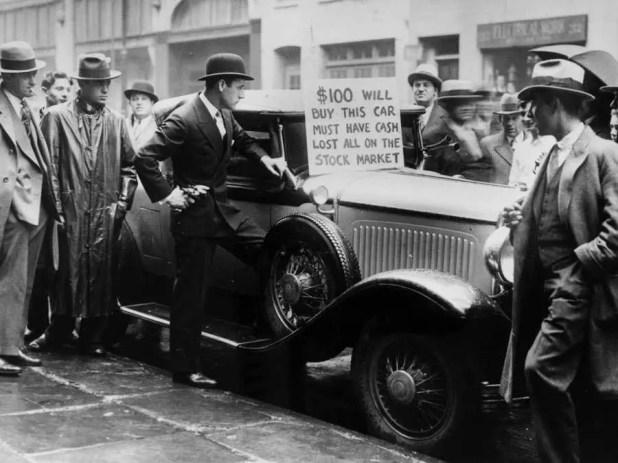 صورة لرجل أميركي يحاول بيع سيارته الفخمة مقابل 100 دولار فقط لتأمين ثمن بعض الطعام