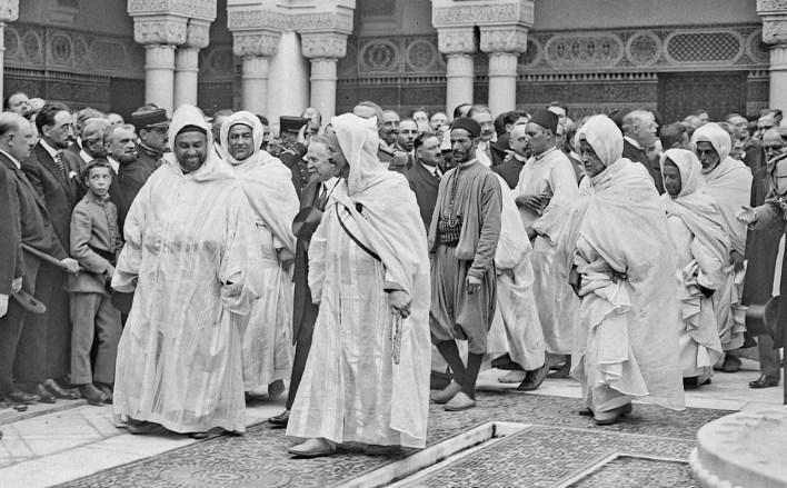 صورة لقدور بن غبريط رفقة عدد من الشخصيات البارزة كسلطان المغرب يوسف بن الحسن العلوي أثناء افتتاح مسجد باريس الكبير