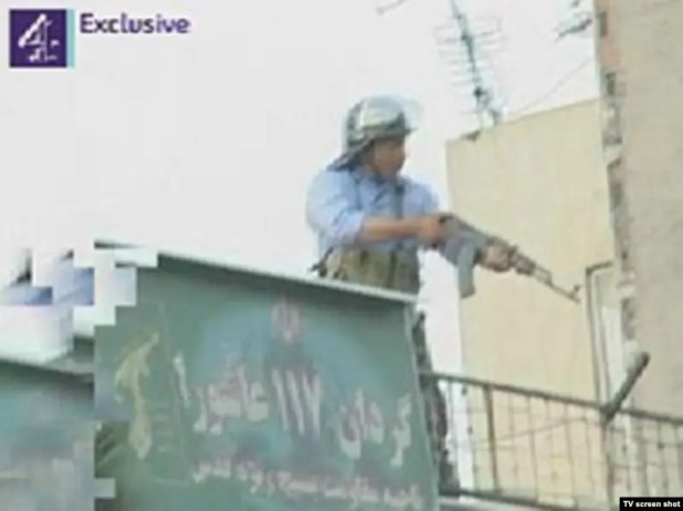 عنصر من الباسيج يطلق الناشر بالرصاص الحي على المحتجين في طهران من سطه مقر الباسيج