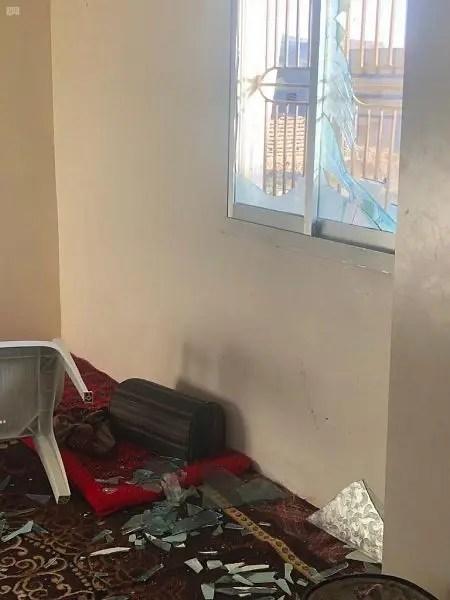 من الأضرار الذي خلفتها الشظايا جراء اعتراض المسيرة الحوثية