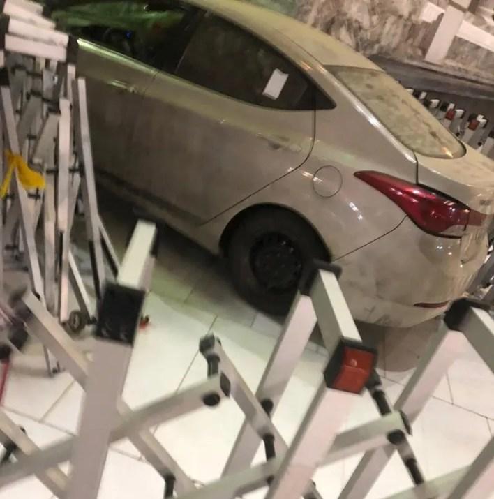 السيارة التي ارتطمت بباب المسجد الحرام