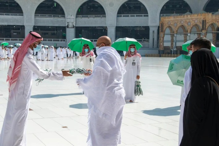 توزيع ماء زمزم في المسجد الحرام
