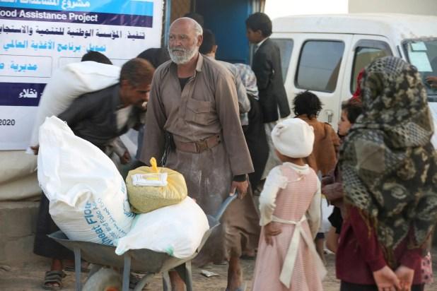 تزويع مساعدات غذائية في مخيم للنازحين في مأرب