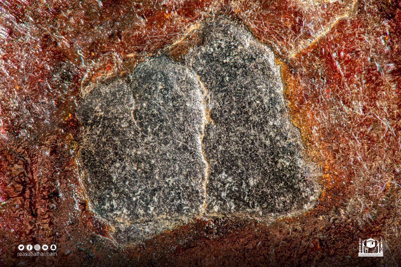 حجر اسود کے ٹکرے سیاہ رنگ میں دیکھے جا سکتے ہیں