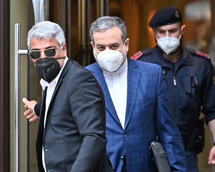 لحظة مغادرة مندوب إيران إلى مفاوضات فيينا عباس عراقجي الفندق الذي تجري فيه المحادثات - فرانس برس