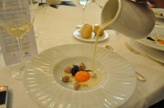 Caldo en blanco de esturión fresco y su cebiche, almendras,yema aliñada a la sal y caviar Persé