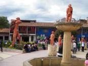 Ein paar Statuen aus dem typischen Ton der Region auf dem Hauptplatz von Ráquira.