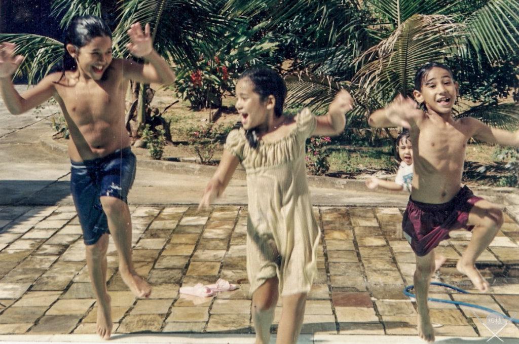 educacao japa - criancas piscina