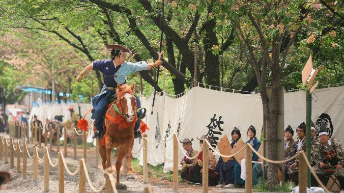 Yabusame-m_181227-jnto_Equinócio-da-Primavera-no-Japão-10-dicas-do-que-fazer-nessa-estação_Viajando-para-o-Japão_Vida-de-Tsuge-VDT