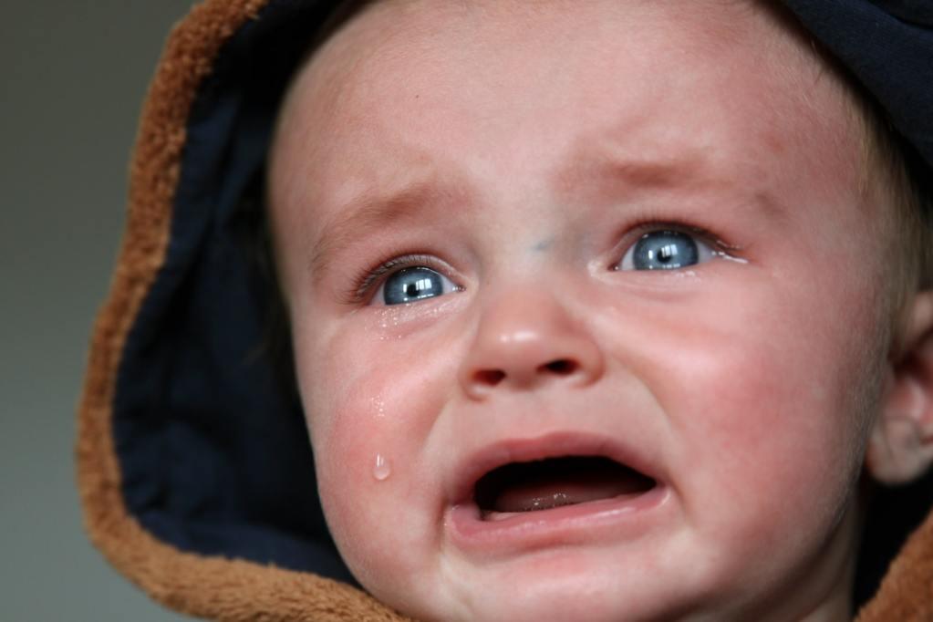 Bebê chorando com pensamentos negativos
