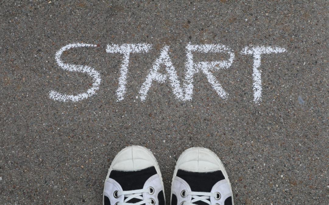 Par de Tênis com a palavra Start, indicando a ideia de Lei da Atração para iniciantes
