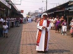 Sacerdote en la procesion