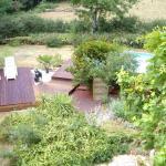 Terrasse bois en proximité de piscine avec ponton d'accès et massifs surfacés gravier en accompagnement