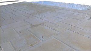 Terrasse dallée en pourtour de piscine, type 'Opus'