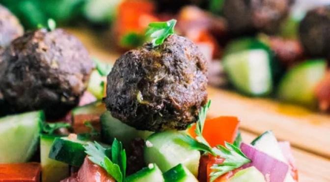 Receita Paleo – Salada grega de almôndega mediterrânea