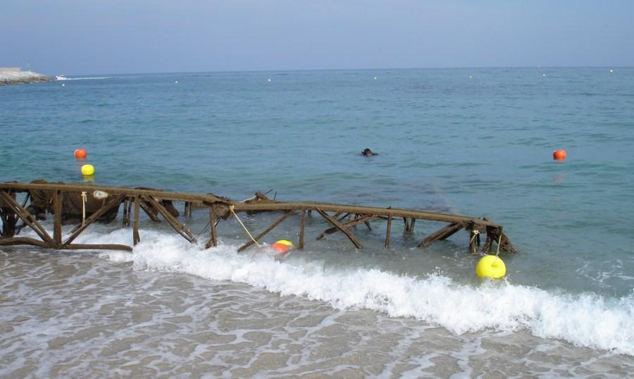 Estructura metálica en la playa de Llavaneres