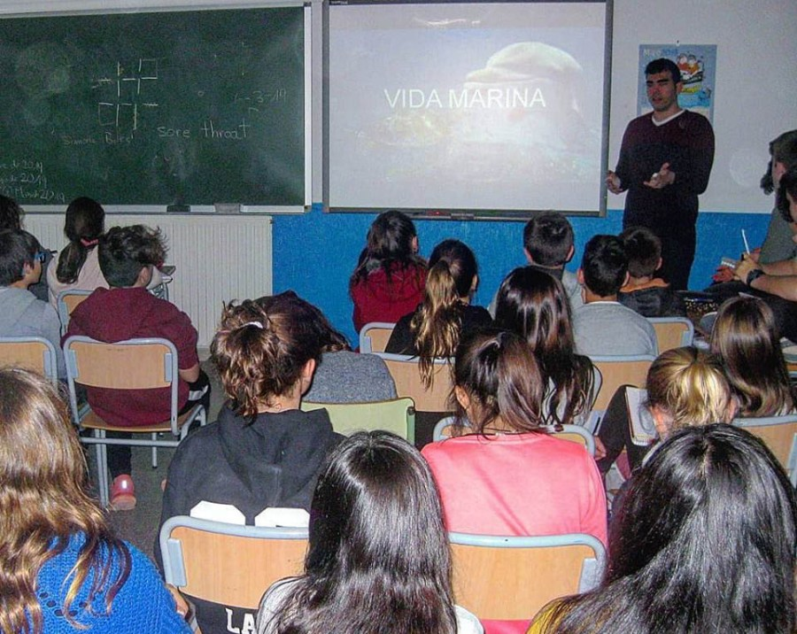 Àlex García introduciendo los alumnos a la vida marina