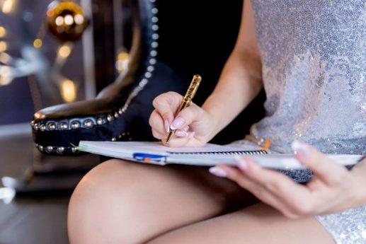 Escribiendo sus metas y comprometiéndose a alcanzarlas