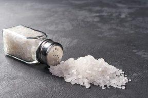 Sal derramada, comida muy salada
