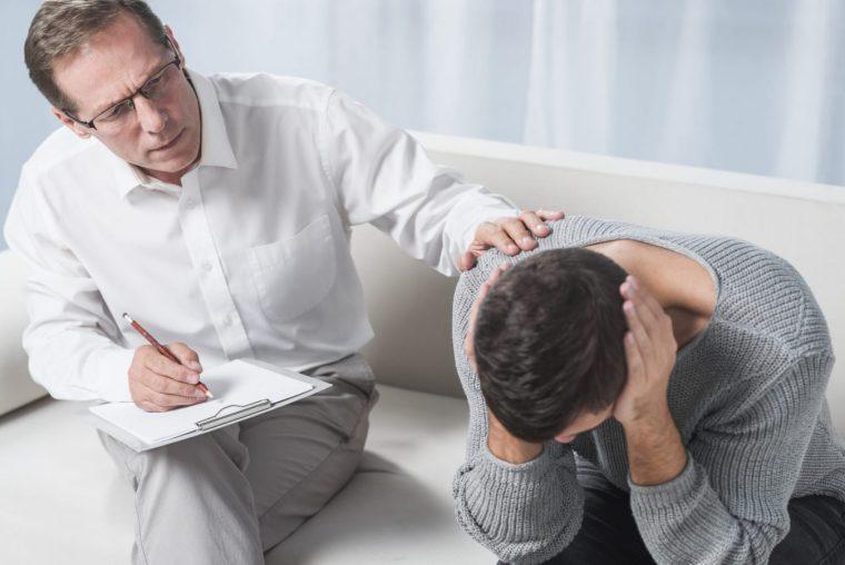 psicologo tratando la depresion