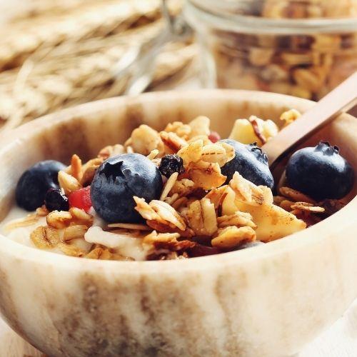 Granola con yogurt y frutas