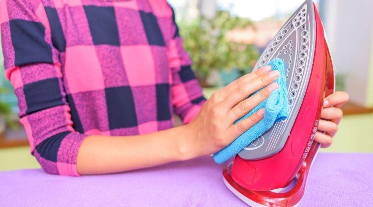 como limpiar la plancha de ropa