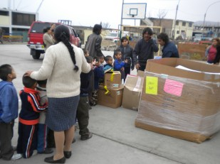 Hno Miguel entregando donaciones a pequeñitas