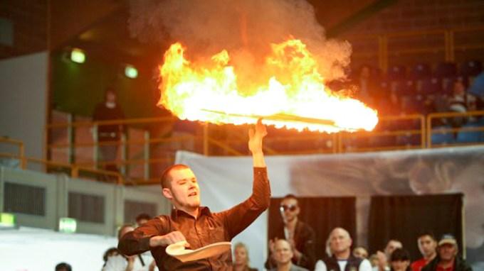Je suis cet homme qui jongle avec des pizzas en feu