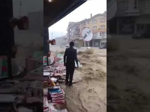 بالفيديو.. سيول تجرف السيارات والمارة في تركيا