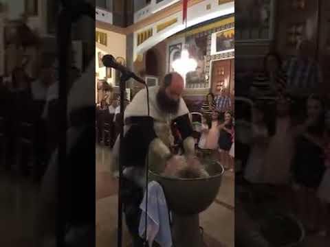 لقطات مروعة لأسقف يوناني يعمد طفلاً بوحشية