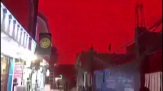مشهد مرعب لسماء مدينة تتحول للون الأحمر