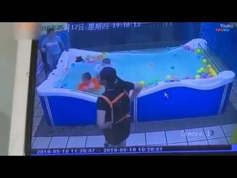 بالفيديو… طفل يكاد يفقد حياته ويغرق لمدة 46 ثانية تحت الماء