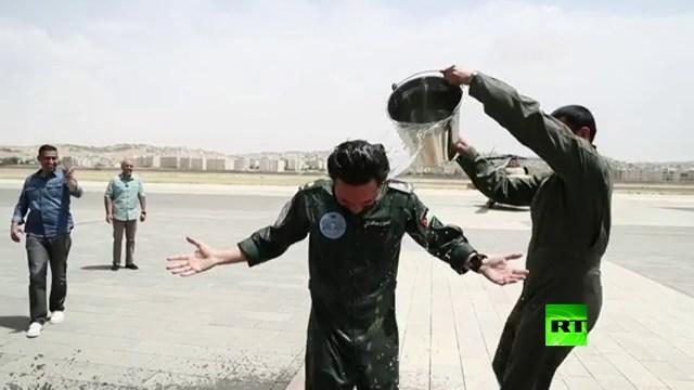 بالفيديو: ضباط أردنيون يسكبون الماء على ولي عهد الأردن