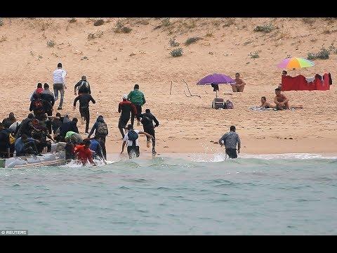 بالفيديو.. مهاجرون يضلون الطريق ويصلون شاطئًا للعراة بإسبانيا