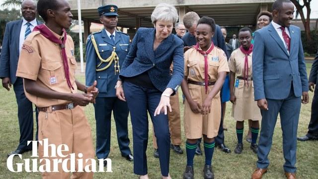 رئيسة وزراء بريطانيا ترقص في إفريقيا