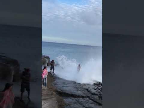 موجة تفسد جلسة تصوير عروسين على الشاطئ